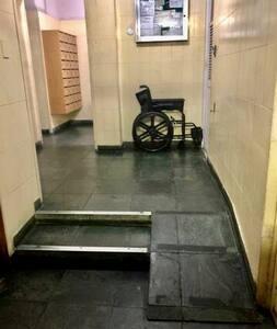 Na entrada de serviço o hóspede encontrará rampa de acesso aos elevadores e uma cadeira de rodas a disposição nessa mesma entrada.