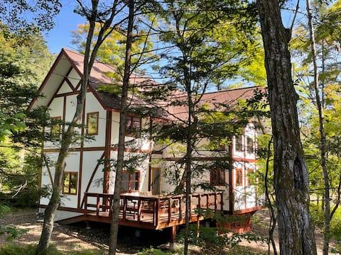 軽井沢メイプルの森に佇むハーフティンバーチューダーハウス