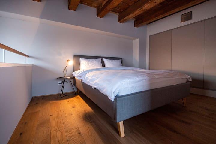 Bett auf der Galerie