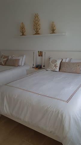 1 Bedroom 2Queens Bed