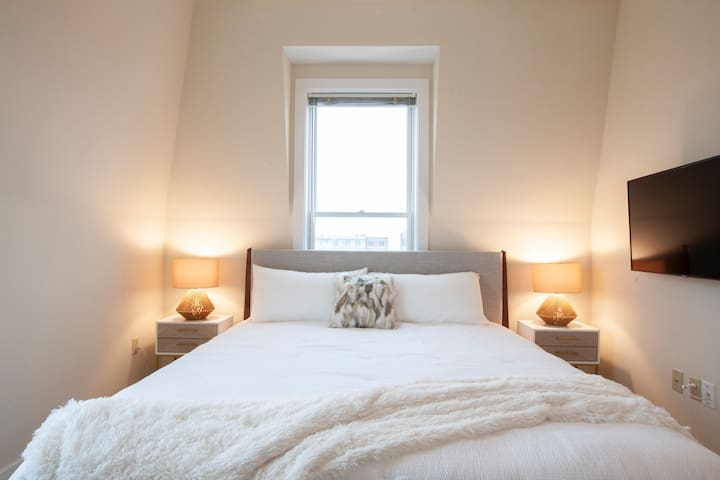 Sink into bed after a busy day in the city. You'll love:   ➳King size bed ➳Hypoallergenic Pillows ➳Plush memory foam mattress ➳TV w/ Netflix ➳Access to your favorite streaming channels