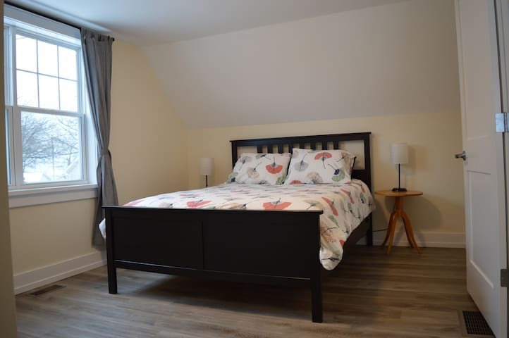 Upstairs bedroom, lake view, queen size bed