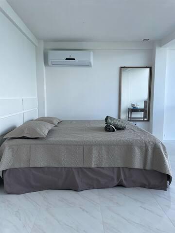 Cama King Size muito confortável, toalhas novas e ar condicionado.