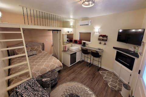 Oasis Tiny House - Perfect for 1-2 people.