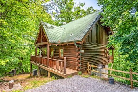 🌲Cozy, romantic cabin w/Hot tub!💦Gburg, PF, GSMNP🐻