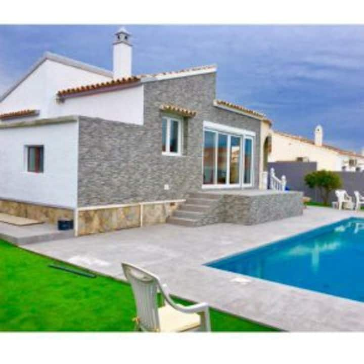 Detached 2 bed 2 bath Villa with private pool