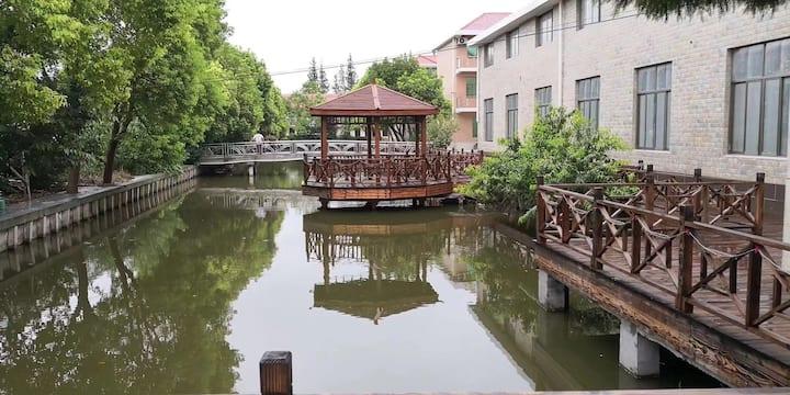 崇明岛独立入口水景三人间或双人间,可提供餐饮服务,可接待40人以上团队
