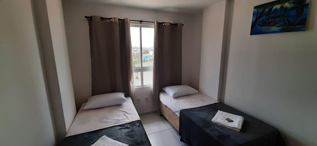 quarto de solteiros com 2 camas