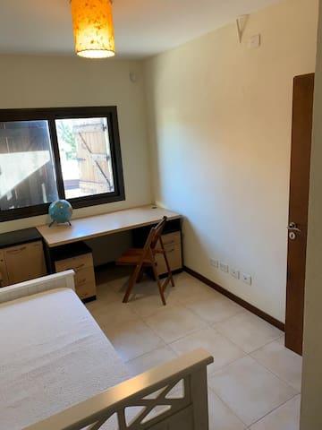 Tercer Dormitorio tipo Escritorio con cama y catre.
