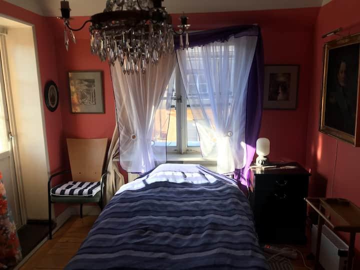 Rum mot innergård i takvåning