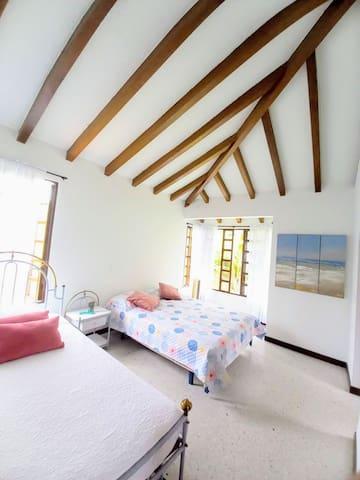 Habitación # 2 segundo piso. 1 Cama Doble.  1 Cama Sencilla.  1 Cama Nido Sencilla (auxiliar).    Baño privado. Habitación con lindo acabado arquitectónico. Techo abovedado.