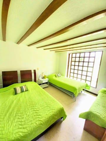 Habitación # 4. Primer piso. 1 cama doble.  2 Camas sencillas.  1 cama nido (auxiliar).  Habitación con lindo acabado arquitectónico en el techo.