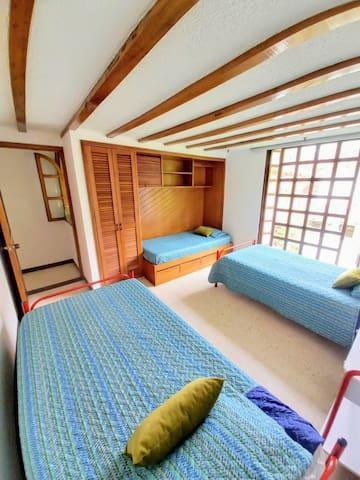 Habitación #3 Primero piso  3 Camas Sencillas.  1 Cama Nido (auxiliar).  Habitación con lindo acabado arquitectónico en el techo.