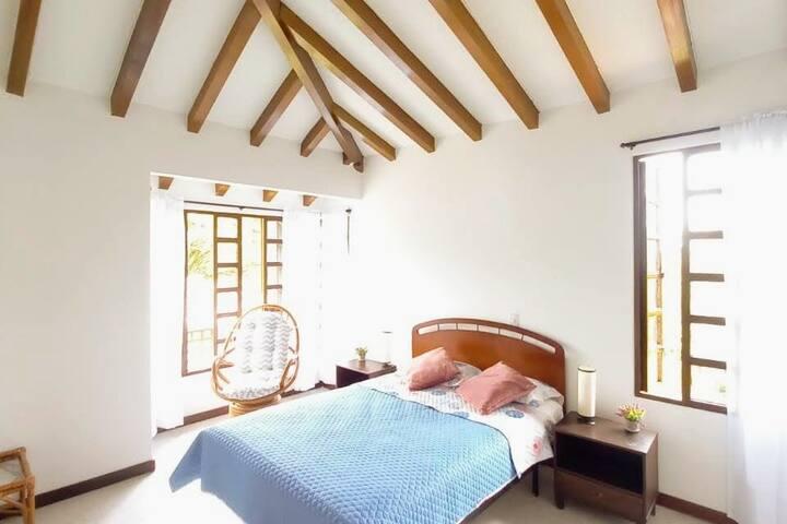 Habitación # 1 segundo piso. 1 Cama doble con Nevera mini en la habitación,  TV con DIRECTV opcional. Habitación con lindo acabado arquitectónico. Techo abovedado y baño privado.