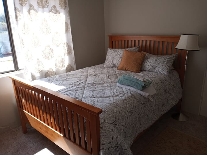 Comfortable room, close to downtown and U of A