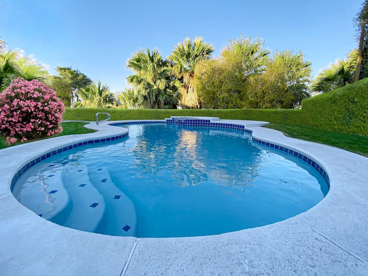 Luxury Villa next to the strip w/Heated Pool + Spa