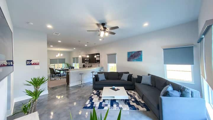 UPSCALE DOWNTOWN Modern House! Sterilized & Clean