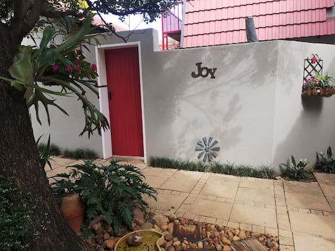 Charming FARM STYLE GARDEN COTTAGE in Pta. East