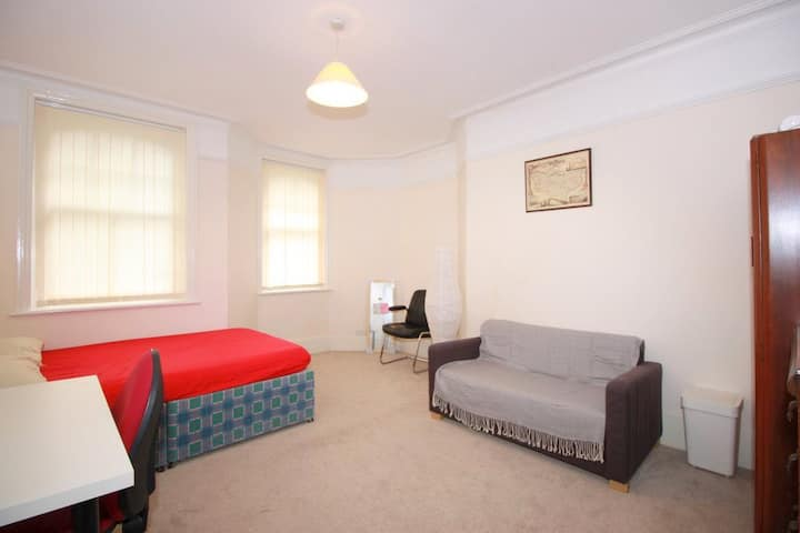 SPACIOUS double room in fantastic location