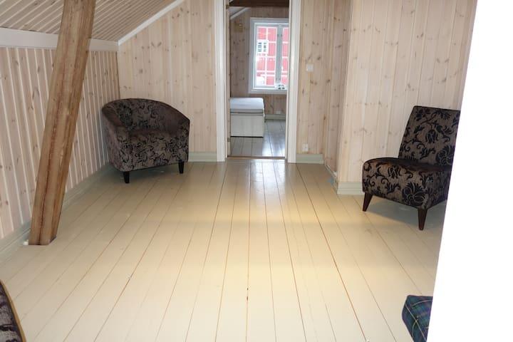 Stue 2.etasje, sett mot trapp og soverom 2