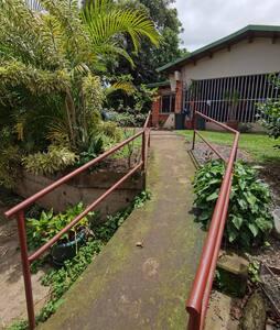 El estudio está más abajo de donde se llega desde la propiedad, el acceso es por rampa.