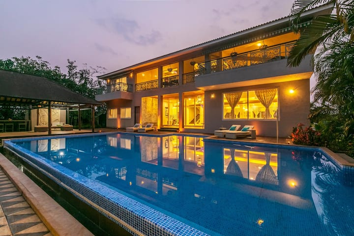 Umber Villa - Swimming pool with loungers & lawn