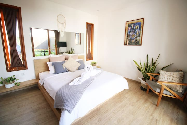 Stunning & Modern King Sized Room with Private Ensuite & A/C. Wardrobe space, Safe, Indoor Plants &