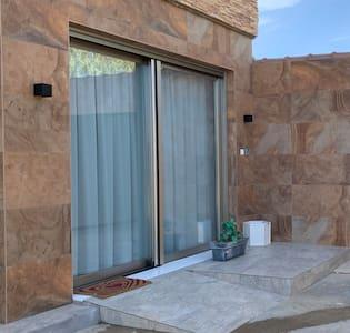 El apartamento tiene tanto la puerta de entrada como el resto de puertas del interior, medidas especiales para uso de silla de ruedas.