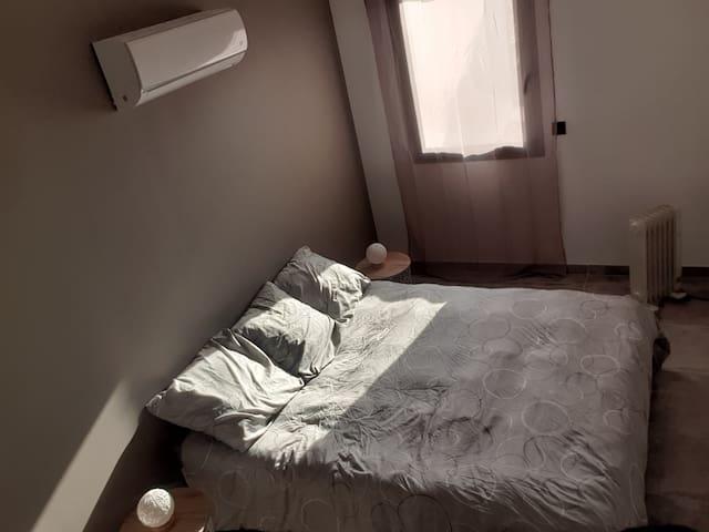 Chambre avec lit Queen Size, clim réversible et chauffage à bain d'huile.