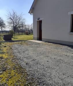 accès à l'entrée et place de parking