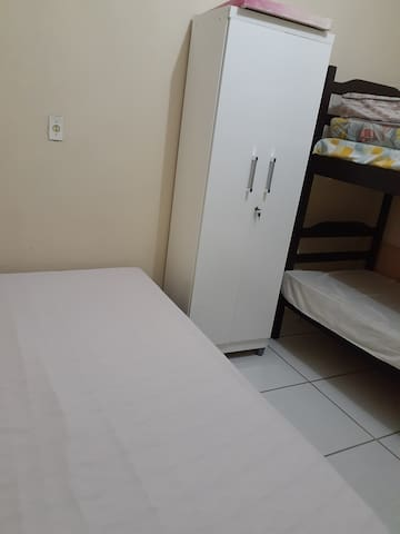 Quarto com cama de casal mais beliche acomoda quatro hospedes ,com direito de usar cozinha e dois banheiros
