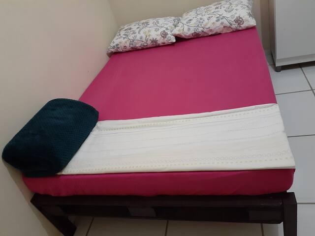 quarto com cama de casal ,acomoda dois hospedes, ar, banheiro social,  com direito a uso de lavanderia cozinha e área de festas   R$ 80,00 ,com opção para colchão extra