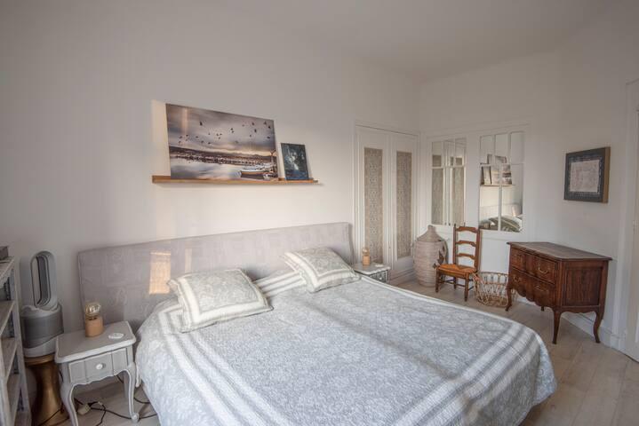 Chambre 2 lits de 90cm  associables en un grand lit king size  OU  dissociés en 2 lits 1 personne selon préférences.