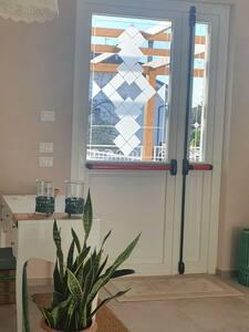 L'accesso alle camere è costituito da porta antipanico. Tutti gli spazi sono stati pensati per permettere a tutti la fruibilità.