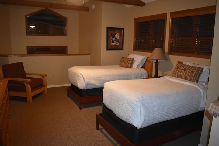 Two very nice beds in the loft.