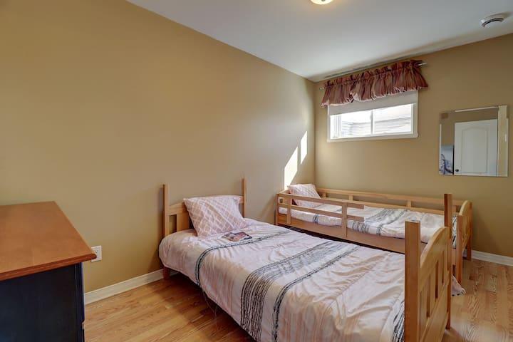 Chambre 4 au sous-sol: 2 lits simple, pour enfants