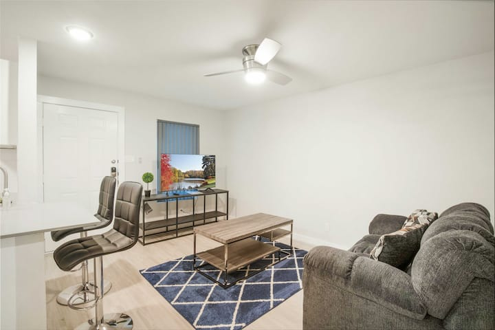 Luxury 1BR Near UT Hyde Park | Evonify