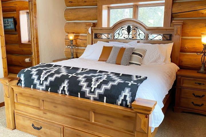 Master Bedroom: King bed with 4 piece en suite bathroom. Comfy linens and luxury Pendleton blanket.