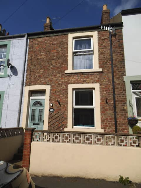 Hop House 3 bedroom cottage 5 min to Whitby centre