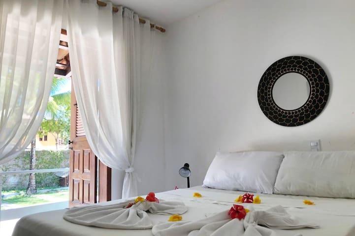 Quarto nº 1 - 1 cama de Casal e 1 cama de Solteiro (varanda, TV, ar-condicionado, espelho, luminária e araras de roupa)