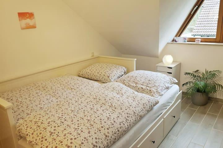 Schlafzimmer (3) mit Doppelbett (1,60mx2m)