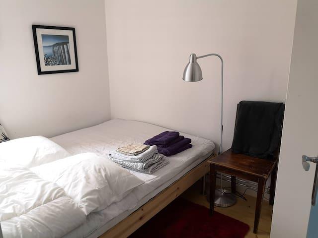 Sovrum med 140 cm bred säng