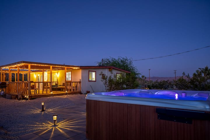 JT Desert Escape - Hot Tub, Fire Pit & BBQ !