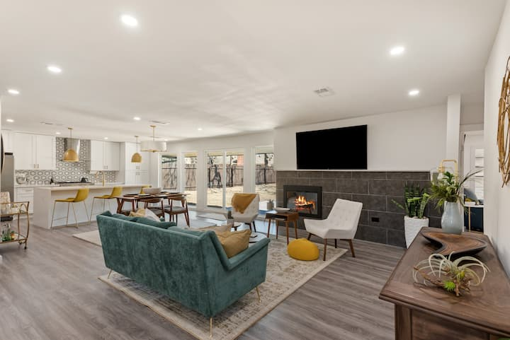 Modern + Spacious Oasis Minutes from Downtown (3)