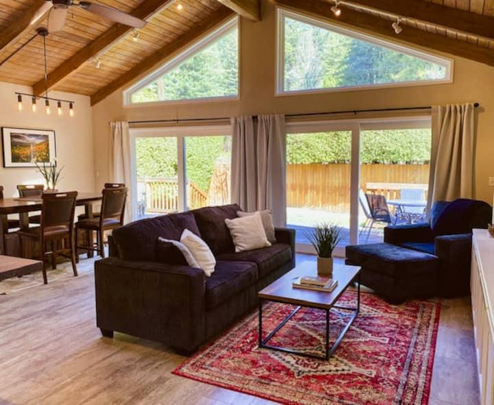 New~ Sunny Retreat in the Redwoods 2 bedroom + den