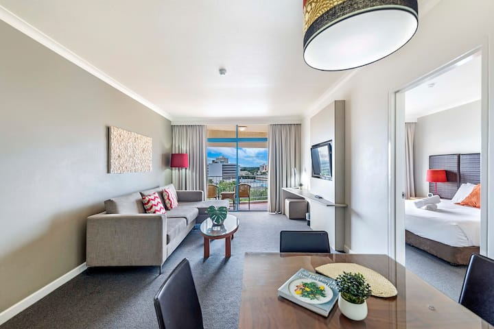 Contemporary Harbourfront Stay with Pool & Balcony