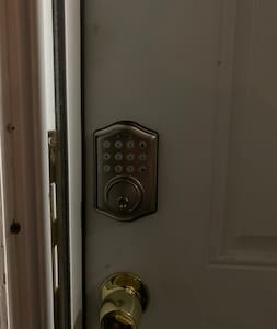 Keyless, please make sure front and back door are locked when apartment not occupied. Thank you.