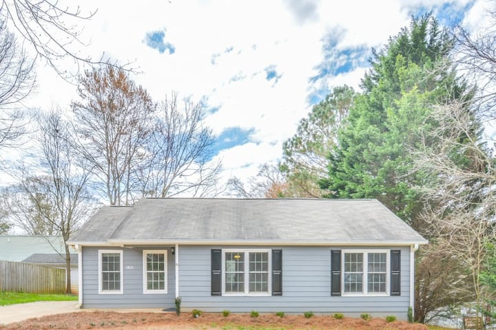 Great 3br/2ba furnished home close to everything.