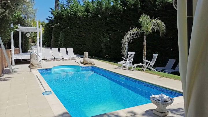 Villa with swimming pool. 12 people. Parking.