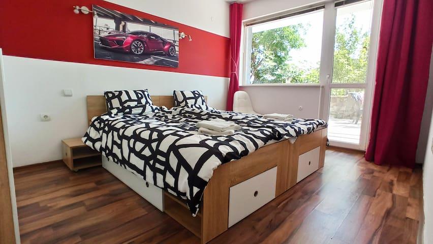 Bedroom 1: 2 Single Beds